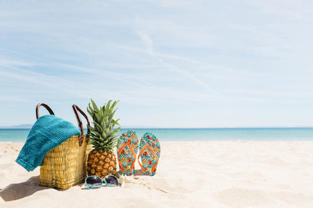 sfondo-spiaggia-con-elementi-di-spiaggia-e-copyspace_23-2147836084